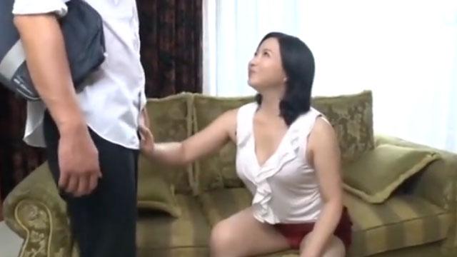 痴熟女ママ、息子の友達のチンポを次々と擦って誘惑!