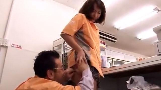 【悲報】パートのおばさん、クズ店長の執拗なセクハラに泣く 神崎レオナ