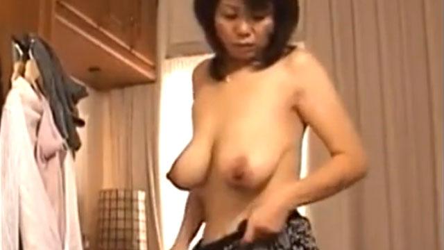 【母子相姦】本意気でオナニーして息子の肉棒を欲しがるドスケベ母!