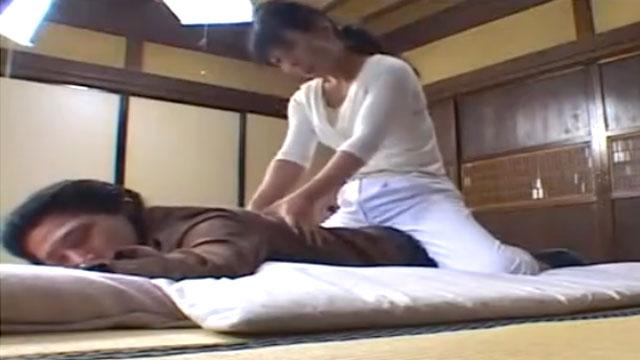 【盗撮】あん摩師のおばさんに自慢のデカチンを見せつけてパコるまで一部始終!