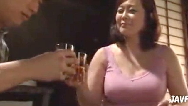 【近親相姦】ドスケベ義母、ビール片手に義息の肉棒をロックオン!