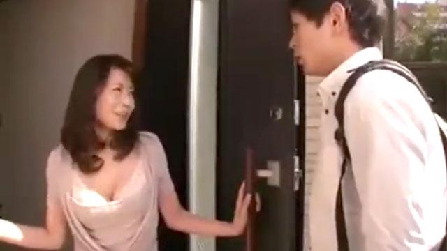 【三浦恵理子】妖艶おばさん、近所の学生を呼びつけチンポにロックオンw