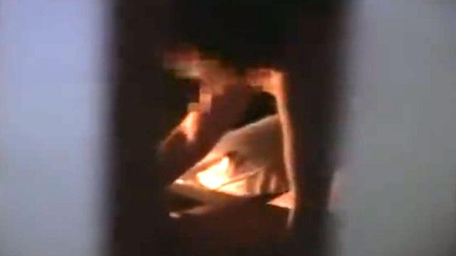 【個人撮影】夫婦の子作りセックスをドアの隙間から盗撮した生々し過ぎる映像!