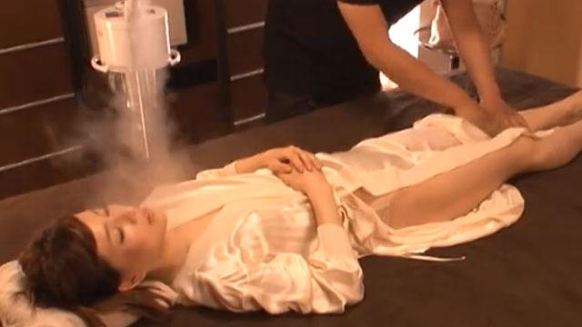 鬼畜エステ、スチーマーに強力媚薬を混入し若妻客を痙攣潮吹きさせる