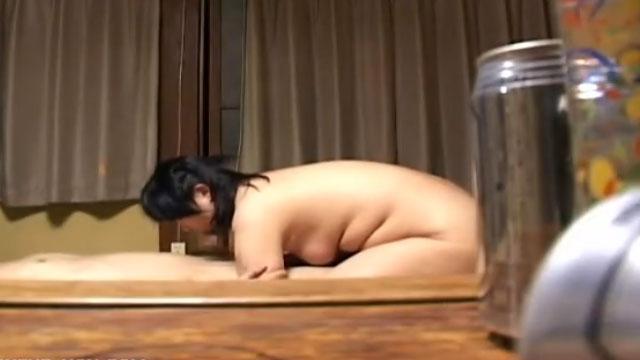 【盗撮】按摩師のおばちゃんに生チンポを挿入してガン突きピストン!