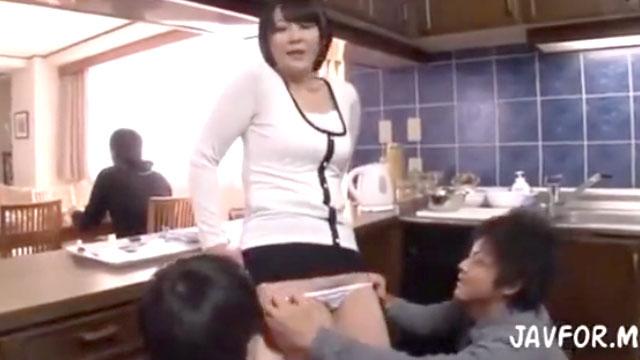 【円城ひとみ】息子が隣にいるのに息子の友達にイカされる母親ww