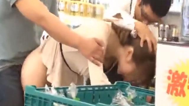 買い物中の人妻を店員とグルになって中出しレイプする姿が撮影される
