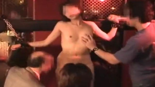 嫁を変態紳士が集う輪姦パーティに参加させて撮影した生々しい乱交映像!
