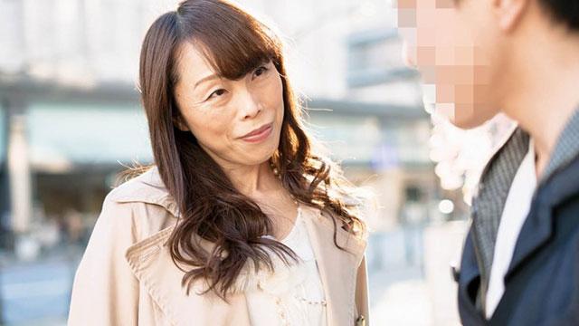 「若いチンポ良いわぁ❤」街で逆ナンパを仕掛ける肉食痴熟女!
