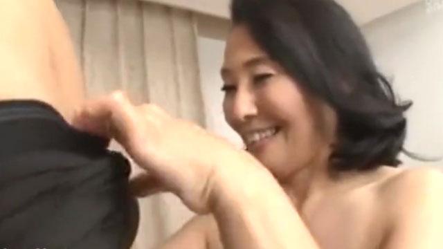 五十路熟女がデカチンにニッコリ!膣奥まで突かれるセックスにアクメ絶頂 松岡瑠実