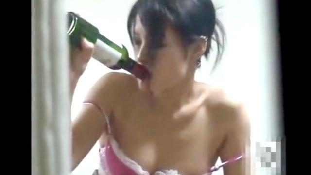 【個人撮影】酒しこたま呑んでオナニーする人妻が盗撮されるww