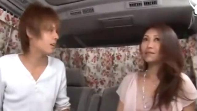 「こんなオバサンでいいの?」イケメン登場にメス顔で不倫中出しセックス!
