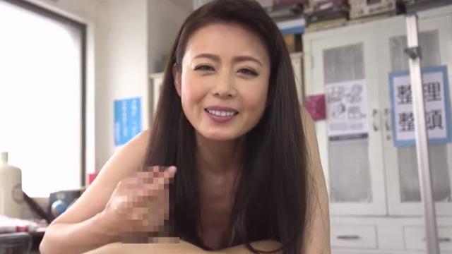 教育と称して熟女教師が保健室で生徒のチンコをフェラwww 三浦恵理子
