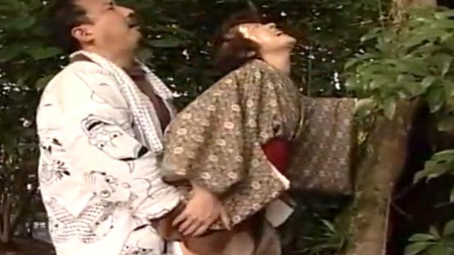 和服還暦熟女が野外ファックで獣のようにハメ狂い!小川真実