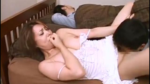淫乱妻、欲求不満過ぎて夫が隣で寝てるのに声を押し殺し不倫セックスに応じる 風...