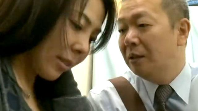 欲求不満妻の不倫セックス、パート先店長の絶倫チンポにドハマリ 三咲恭子
