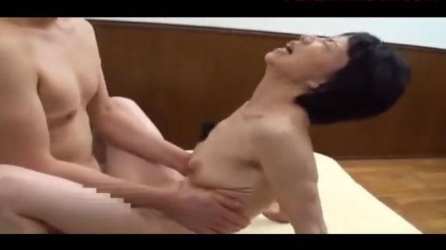 還暦熟女、若いチンポに跨がり自ら腰をピストンさせ大絶頂www