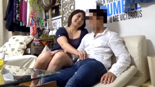 【盗撮】イケメンにナンパされたドスケベ過ぎる人妻!中出しされて大喜びww