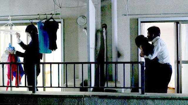 【NTR】人妻が隣人に寝取られ!となりの部屋で行われる不倫セックス 本田岬