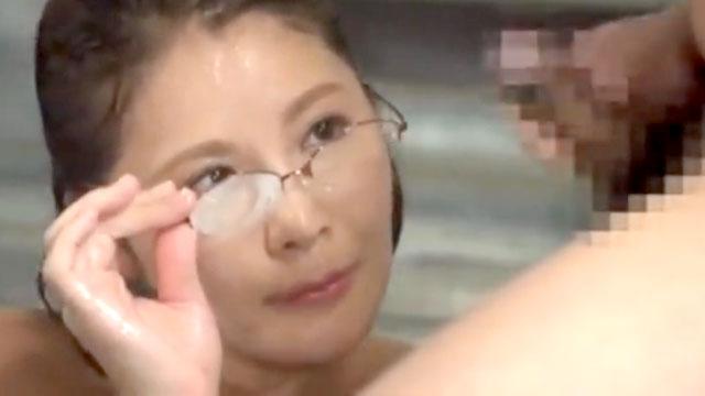 「んまぁ破廉恥!」混浴風呂で勃起チンポを目撃した奥様、メガネをかけ直してガ...