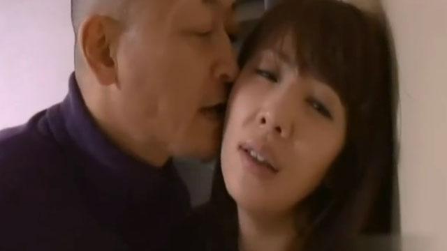 団地妻さん、欲求不満過ぎて遂に痴漢男を部屋に誘導し不倫セックスしてしまう 結城みさ