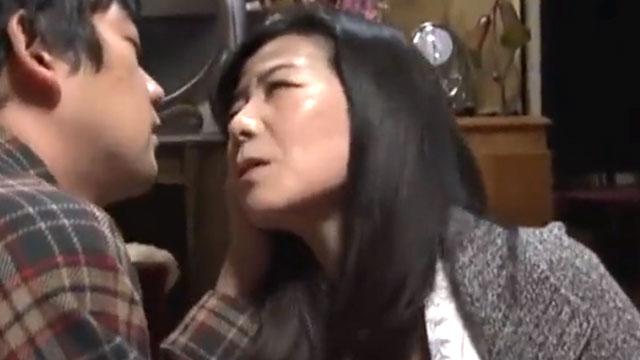 【近親相姦】淫乱義母、娘の出産間近に婿との泥沼セックスに溺れる…!