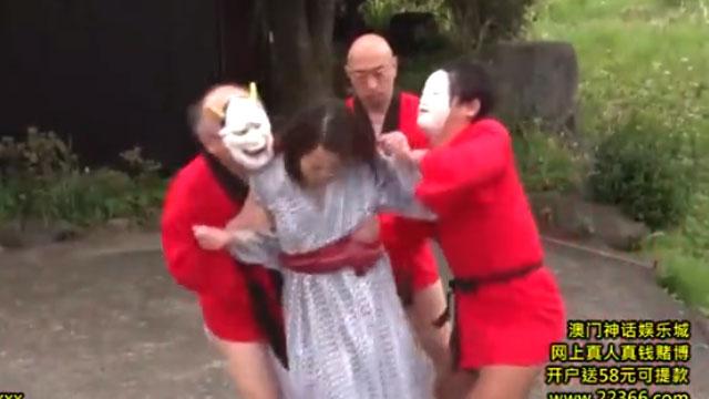 三十路妻、旅先の村のヤバイ風習に巻き込まれて集団レイプされる