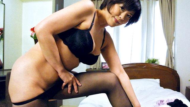 【円城ひとみ】おばさんの黒パンストにチンポ擦りつけて大量射精したい!