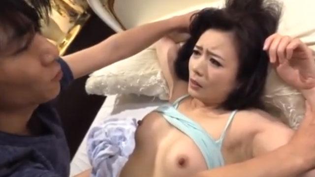 四十路熟女、陰キャ息子の友達に友達料としてレイプされる 三浦恵理子