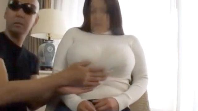 【個人撮影】爆乳奥さんのおっぱいをニットのセーター上から揉みしだく!
