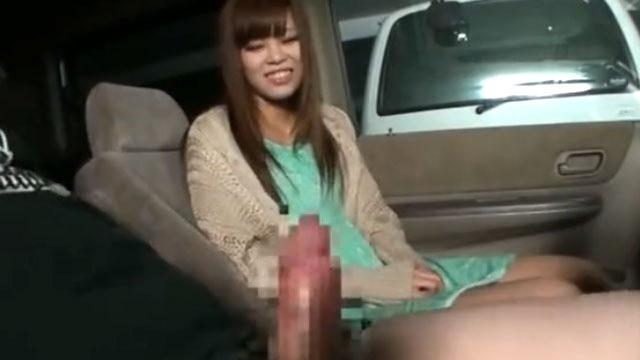 【個人撮影】車内でビンビンに勃起した他人棒を喜々としてフェラする淫乱奥さん!