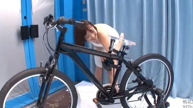 アクメバイクをマジックミラー号で漕いでイク人妻www