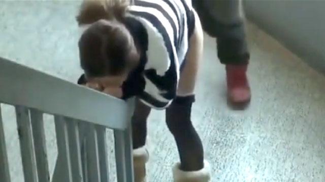【人妻援交】パチンコで負けた貧困主婦を階段でパコッてる生々しいセックス映像!
