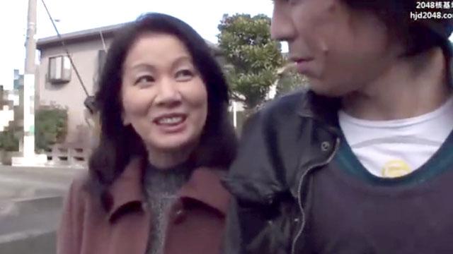 【岩崎千鶴】淫獣五十路おばさん「チンポ挿れて!チンポぉ!」年下男を逆ナン大発情ww
