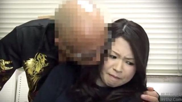 おいゴルァ!万引きして不貞腐れる人妻がヤクザオーナーの登場に顔面蒼白…中出しレイプ制裁!