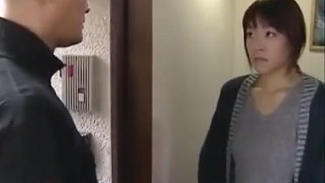 不倫願望のある人妻がたまたま目が合っただけの隣人に犯さた時の反応 横山翔子