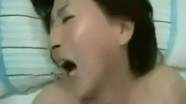 【個人撮影】「膣奥にズンズンくるぅッ!」五十路熟女、他人棒でガン突きされ涙目でイクw