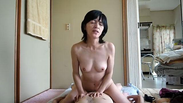 【個人撮影】五十路の家政婦おばさんを口説いて生々しい自宅セックス