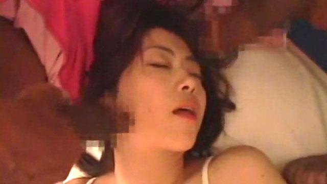 四十路熟女ドッキリ、寝起きに海外産ドデカチンコに囲まれ強制乱交プレイ 北条麻妃