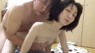 【個人撮影】素人夫婦がカメラ目線でセックスを収めた映像が生々しい!